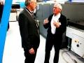 Burgermeester in gesprek met oprichter