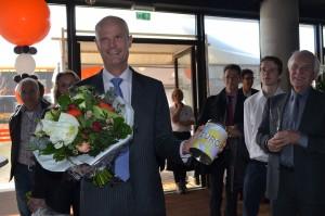Minister Stef Blok ontvangt koekblik met daarop afbeelding van Europa