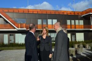 Mona Keizer in gesprek met wethouder Hans Krieger en minister Stef Blok